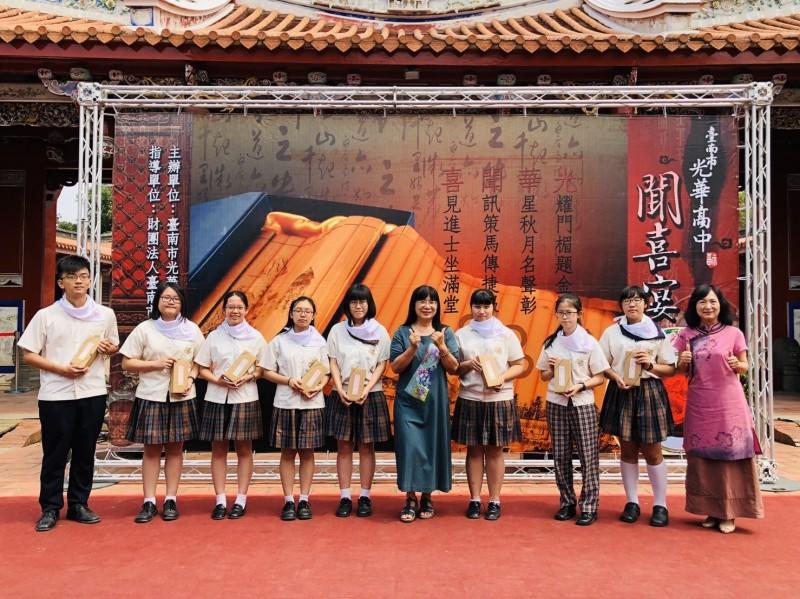 校長張淑霞(右五)主持儀式,祝福學生精益求精。(記者洪瑞琴翻攝)
