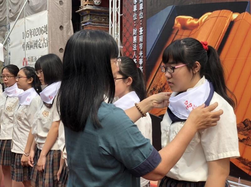 光華高中「聞喜宴 」,由校長張淑霞為學生方巾撥穗。(記者洪瑞琴翻攝)