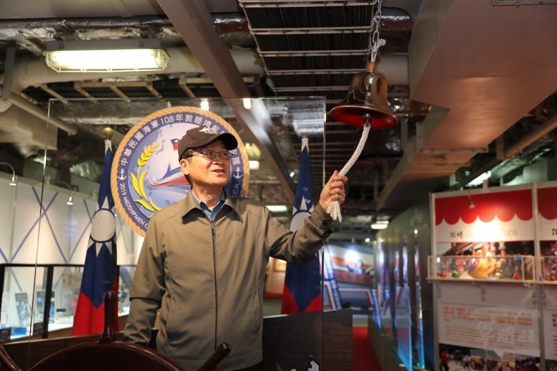 國防部長嚴德發敲響敦睦艦隊上的平安鐘,祈祝敦睦艦隊順利成功。(圖:軍聞社提供)。