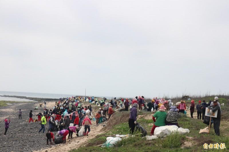 湖西龍門後援港淨灘,民眾都相當賣力。(記者劉禹慶攝)
