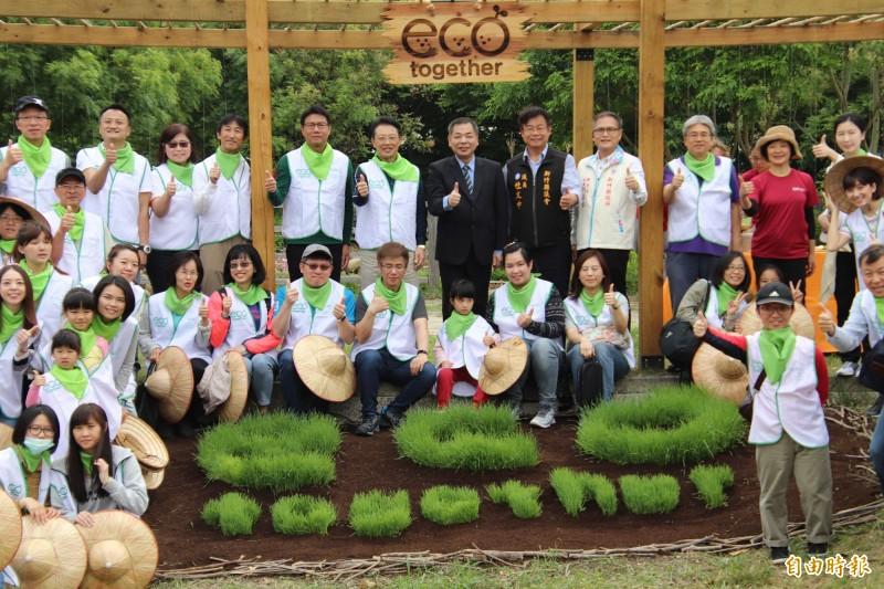 新竹縣竹北市的食物森林為了邁入第2期建置計畫,利用小麥草種出「eco together」造型的「大地蛋糕」。(記者黃美珠攝)