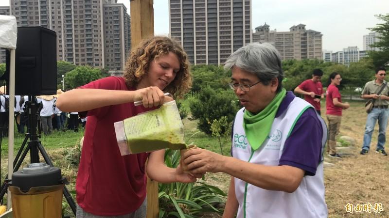 梧桐基金會成員(左)請花王同仁品嚐自製的小麥草青草汁。(記者黃美珠攝)