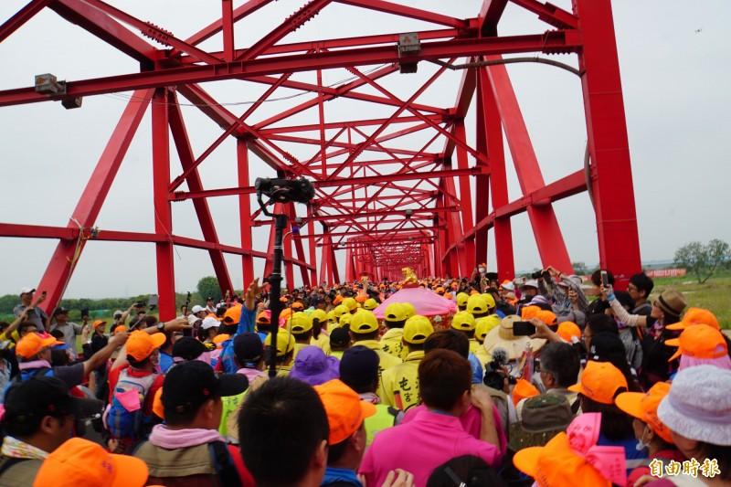 媽祖鑾轎過西螺大橋,橋上萬頭鑽動。(記者詹士弘攝)