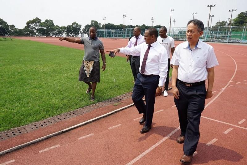 史瓦帝尼大使戴敏尼(右2)熱愛足球,去年特地組隊來陽明大學與校隊進行友誼賽,(陽明大學提供)