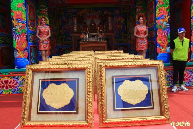 臨時搭建的神壇天台上擺著20面金牌,價值105萬。(記者陳冠備攝)