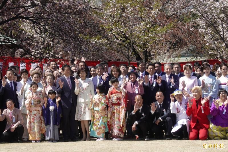 日本首相安倍晉三今天在新宿御苑舉辦平成最後一次賞櫻會,邀請225位政財界、文化及藝能界名人參加。(記者林翠儀攝)