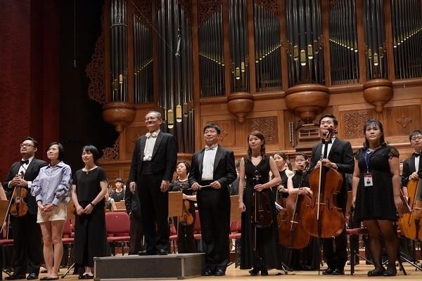 澳門青年音樂藝術家與龍潭愛樂管弦樂團共同參與的《深琴對話II》系列音樂會在21日登場。明天(14日)開放索票。圖為龍潭愛樂管弦樂。(新北市政府文化局提供)