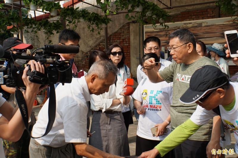 台北市長柯文哲(右)品嘗醬罐中醬油的味道。(記者詹士弘攝)