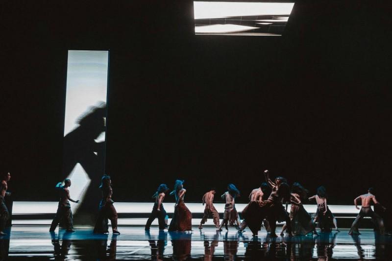 《毛月亮》以一百三十九塊LED面板,打造三片巨大螢幕,搭配地上的鏡面舞台,映照變形的舞影與現境的虛實。(衛武營提供)