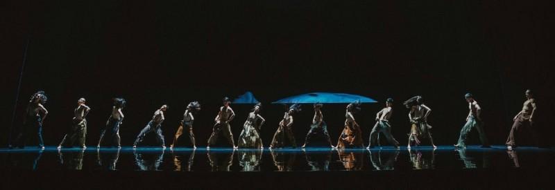 地上倒影是鏡面舞台,後面影像就是LED牆,映照變形的舞影與現境的虛實。(衛武營提供)