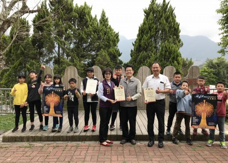 台灣向陽關懷協會會長黃寶貴(前排左1)與其他幹部,親赴偏鄉學校送票。(圖由台灣向陽關懷協會提供)