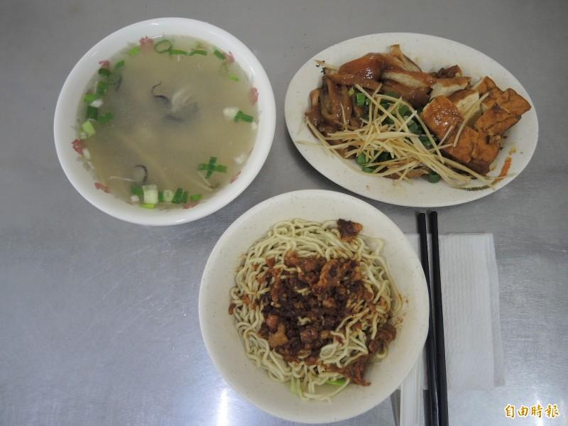 「68巷口麵攤」的乾麵、小菜,再加碗熱湯,就是庶民的豐盛美食。(記者翁聿煌攝)