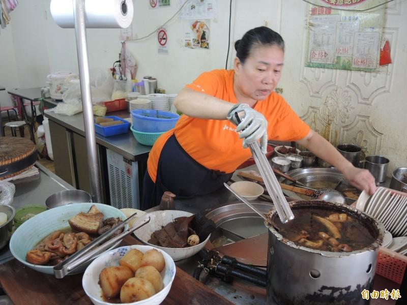 「68巷口麵攤」自製的獨門醬汁和滷味,擄獲不少老饕的胃口。(記者翁聿煌攝)