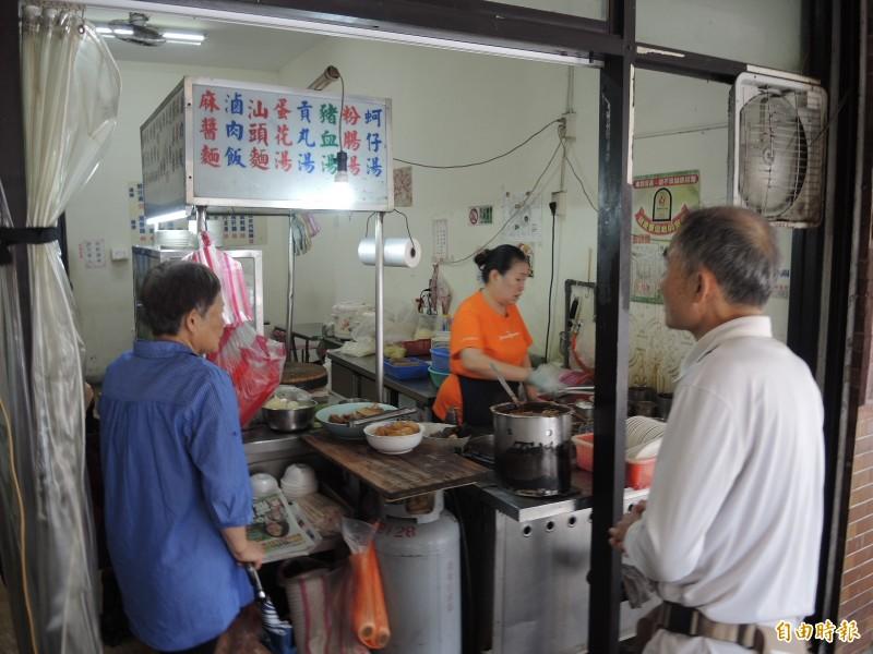 「68巷口麵攤」的營業時間從凌晨4點到下午2點,每個時段都有老顧客上門。(記者翁聿煌攝)