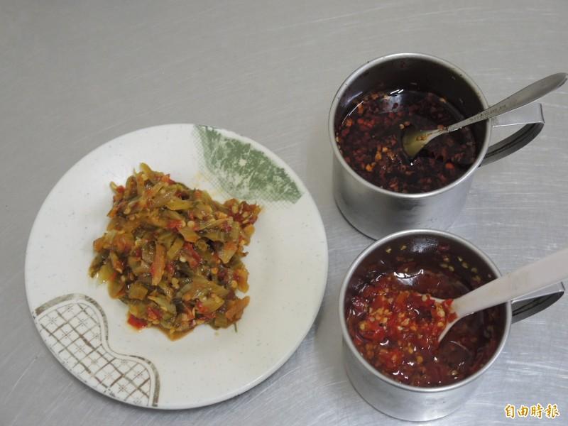「68巷口麵攤」的三種辣椒醬料,香辛麻辣滋味不同,各有擁護者。(記者翁聿煌攝)