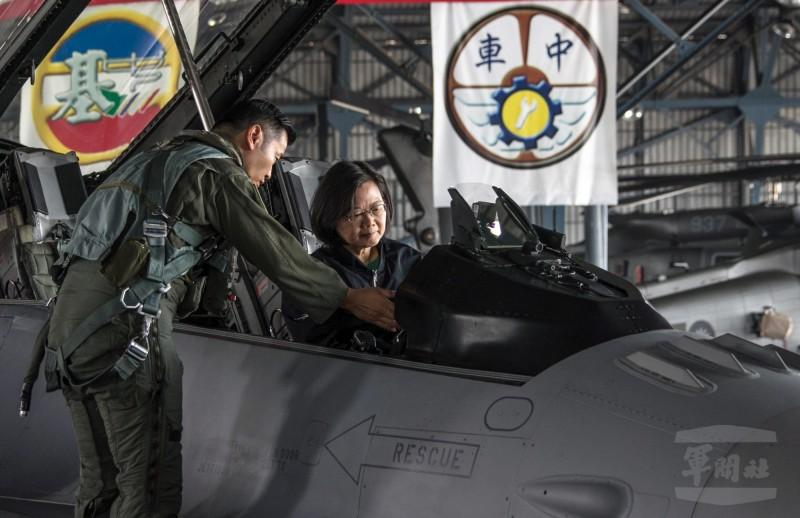 蔡英文總統登上F16V戰機座艙。(軍聞社提供)