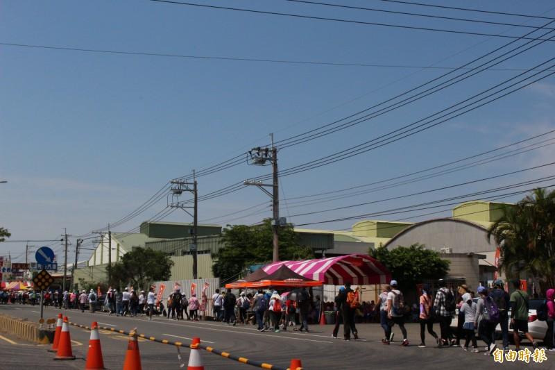 大甲媽遶境今天下午進入花壇鄉,人群沿著省道中山路一路北行。(記者張聰秋攝)