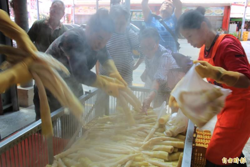 苗栗縣南庄鄉桂竹筍肉厚清甜,每逢產季總吸引許多老饕遠道而來搶購。(記者鄭名翔攝)