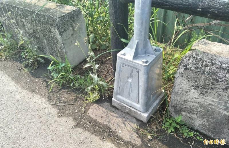 烏日光明里防汛道路已設置的路燈,基座在護欄內未突出路面,不會影醒民眾通行。(記者陳建志攝)
