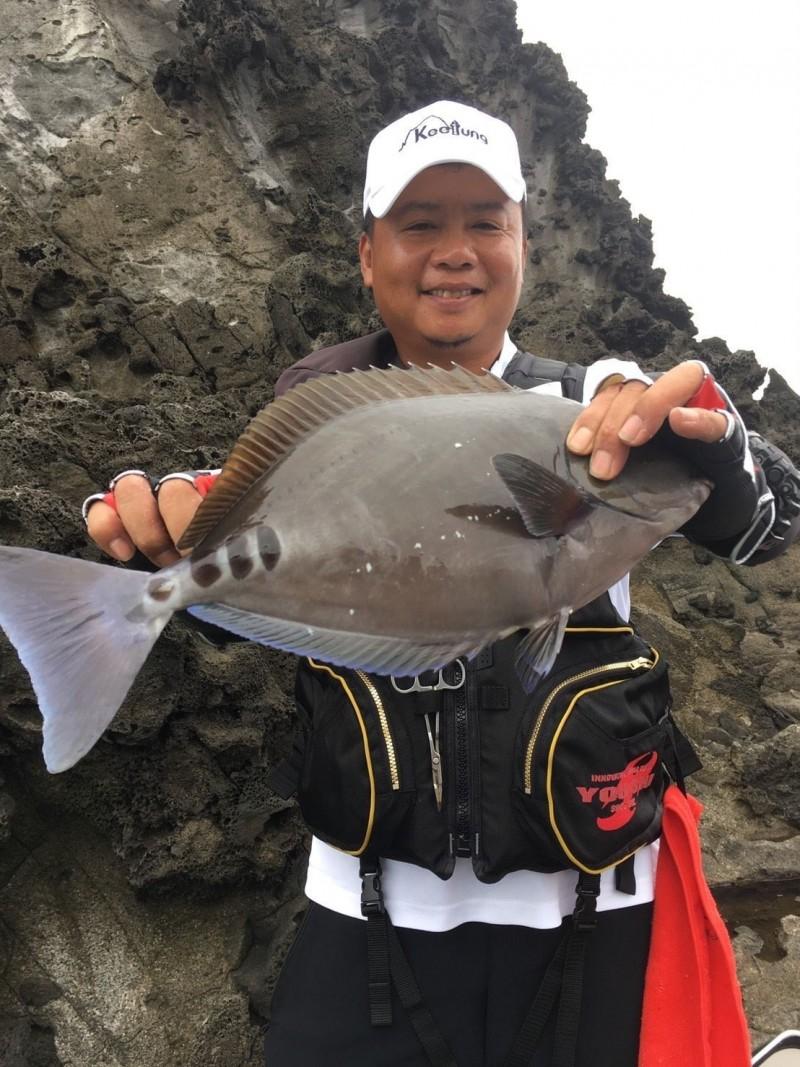 2019基隆嶼國際磯釣賽今晚落幕,磯釣王由王維新摘下,圖為王維新釣到的黑豬哥。(記者俞肇福翻攝)