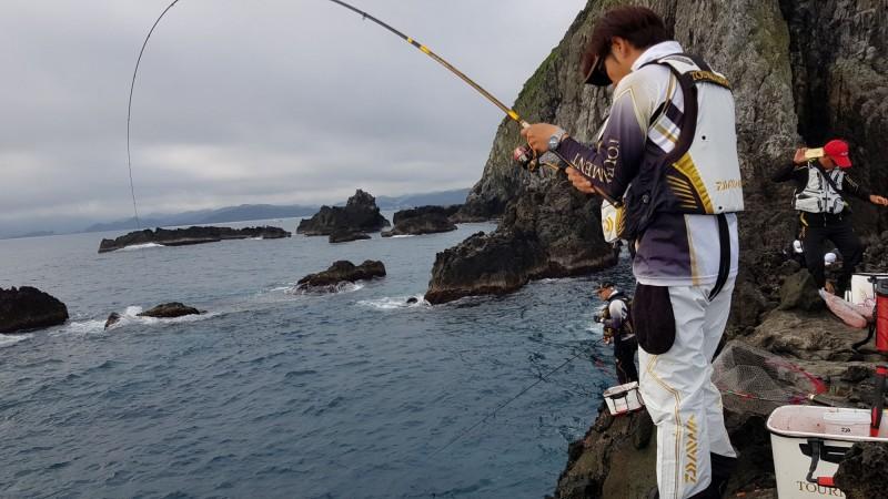 2019基隆嶼國際磯釣賽今晚落幕,經由兩天激戰,產生磯釣賽前八名;圖為選手在基隆嶼釣場釣魚情況。(記者俞肇福翻攝)
