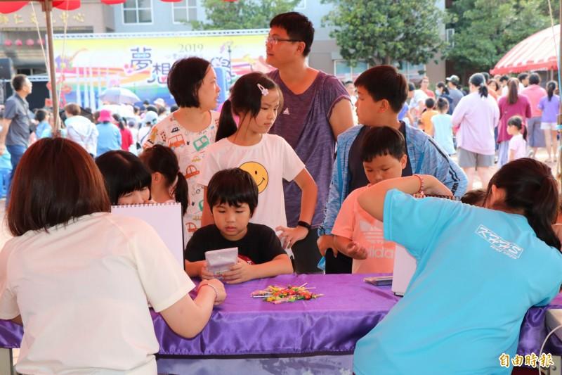歸仁文化中心在心豐兒童藝術月舉辦一系列活動,今在文化中心廣場也安排豐富的藝術市集闖關體驗活動,吸引許多親子參加。(記者萬于甄攝)
