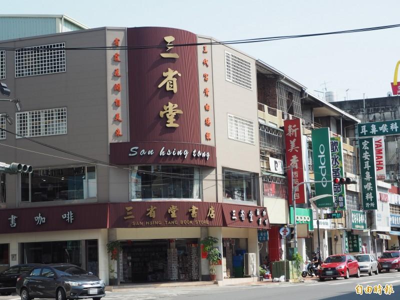 草屯鎮三省堂書店有64年歷史是全縣最老書店。(記者陳鳳麗攝)