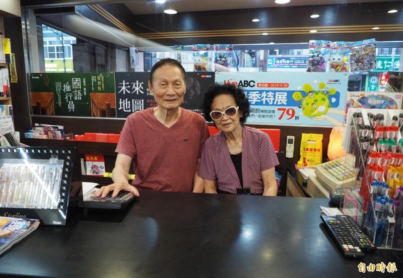 洪介山(左)從頭家變店員,和老伴繼續當店員,兩人年紀加起來有168歲,還很敬業地天天坐櫃台顧店。(記者陳鳳麗攝)