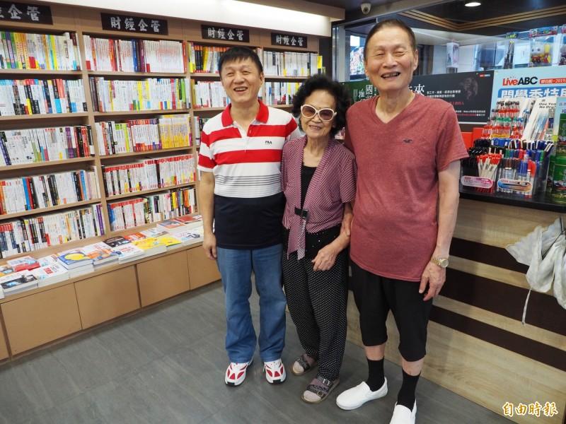 洪煜哲(左)接手書店,老父親洪介山(右)和牽手變店員,每天督促老闆要認真經營。(記者陳鳳麗攝)