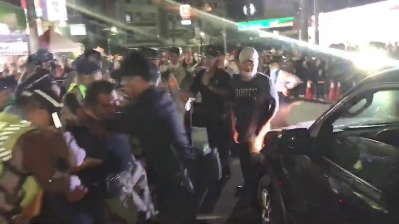 男子企圖硬闖封鎖線,警方迅速制伏男子。(記者張聰秋翻攝)