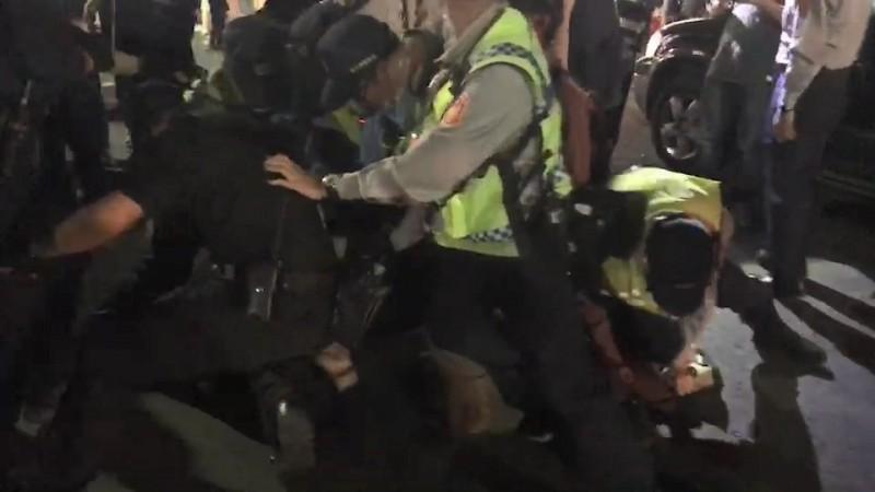吳男企圖掙扎反擊,警方聯合將其手腳捆綁。(記者張聰秋翻攝)