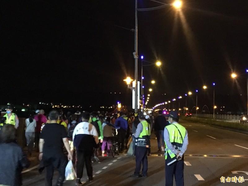 大甲媽鑾轎今天清晨4時14分從彰化市經大度橋進入台中市,讓進香活動圓滿畫下句點。(記者湯世名攝)
