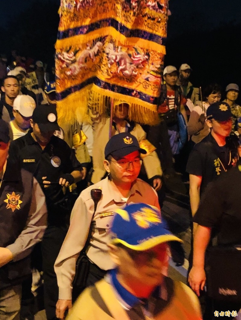 大甲媽鑾轎今天清晨回鑾行經彰化市,彰化警分局長洪宏榮(中)率大批警力隨行。(記者湯世名攝)