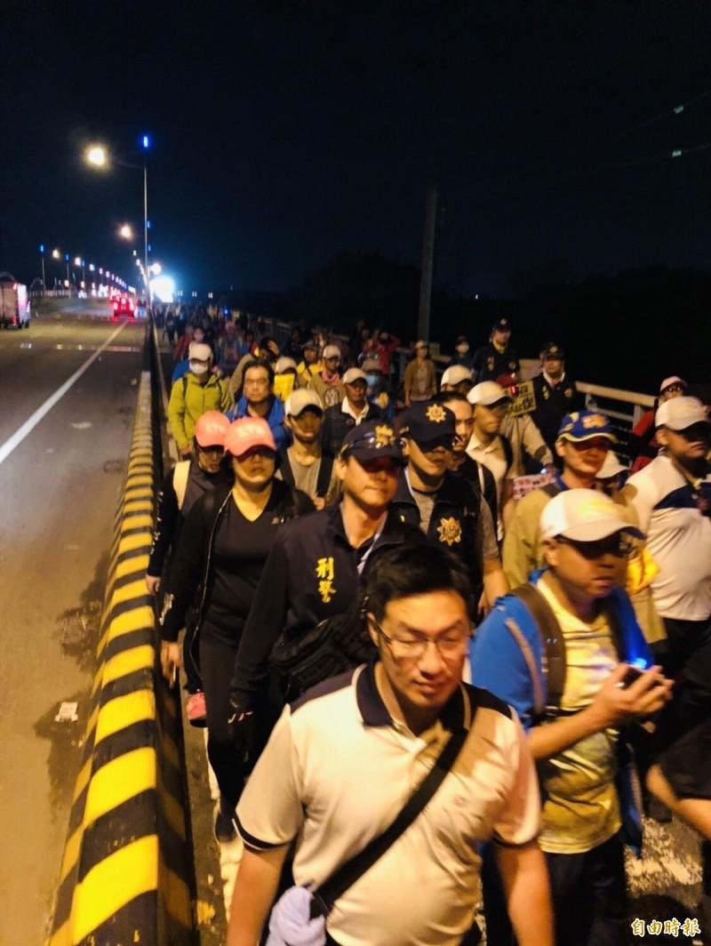 大甲媽鑾轎今天清晨4時14分在大批警力護送下從彰化市經大度橋進入台中市,讓進香活動圓滿畫下句點。(記者湯世名攝)