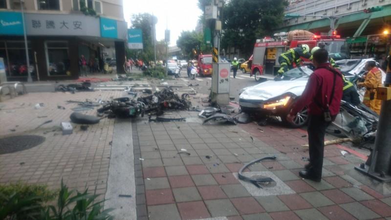 一輛白色休旅車上午9時許衝撞建國南路一段旁的人行道,駕駛命危送醫。(記者姚岳宏翻攝)