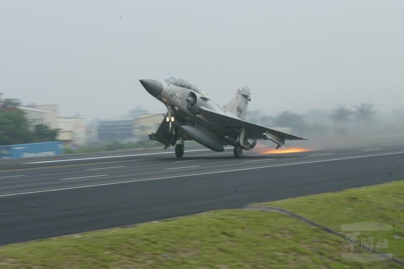 2007年國軍漢光演習期間,空軍進行幻象戰機在高速公路戰備路段起降演練。(圖由軍聞社提供)