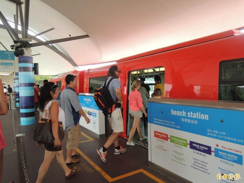 台南捷運目前規劃採高架單軌系統。圖為新加坡聖淘沙單軌捷運車站。(記者蔡文居攝)