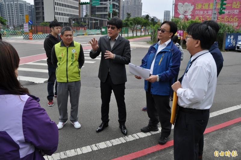 立法委員趙正宇(左三)會勘統聯客運桃園市公車715A路線。(記者周敏鴻攝)
