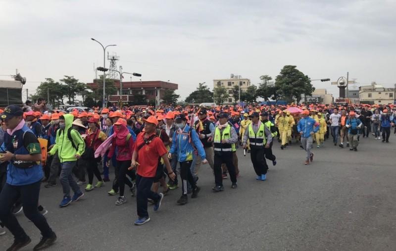 白沙屯媽祖鑾轎今天行經龍井,沿途上千信徒隨行。(記者陳建志翻攝)