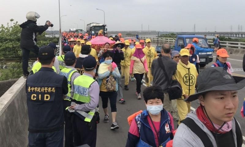 白沙屯媽祖鑾轎今天上午從彰化進入台中龍井,沿途眾多信徒隨行。(記者陳建志翻攝)