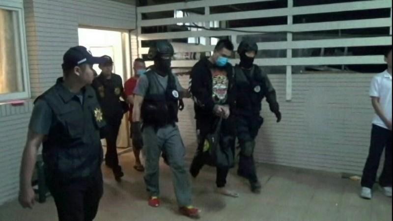 警方逮捕16名愛情騙徒,主嫌等4人羈押。(記者張瑞楨翻攝)