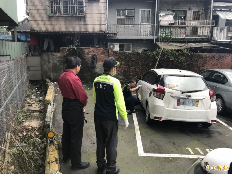 鎖匠前往現場開車門。(記者吳昇儒攝)