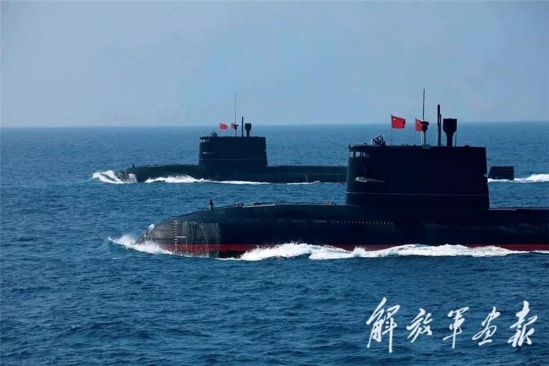 中國潛艦部隊數量龐大,對我威脅日增。圖為共軍在南海大閱兵,柴電動力潛艦上浮接受校閱情形。(圖:取自中國國防部網站)