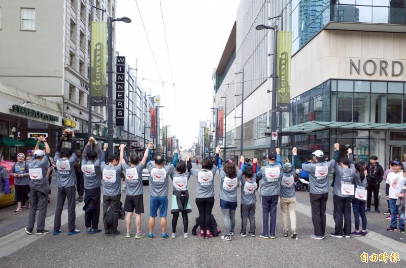 「台灣隊」活動T恤加別「Taiwan Can Help   」心型標誌。(記者張伶銖攝)