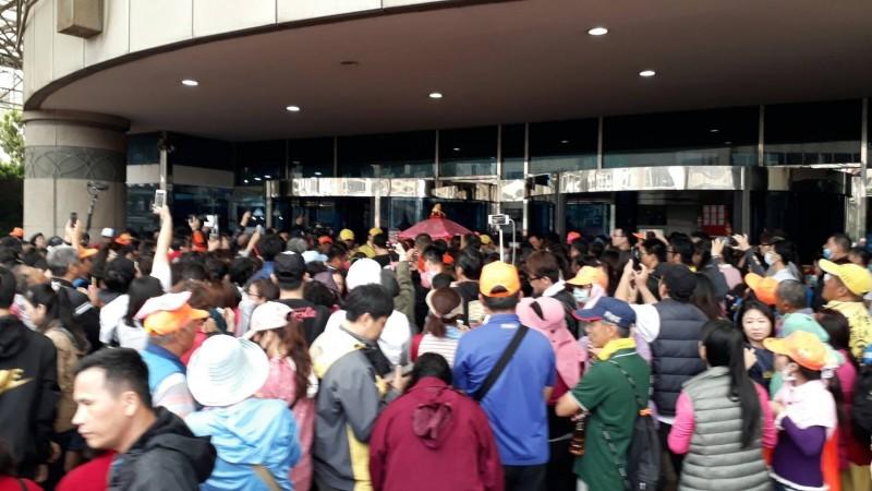 白沙屯媽鑾轎「粉紅超跑」首次駐駕梧棲童綜合醫院,信眾紛上前參拜。(記者歐素美翻攝)