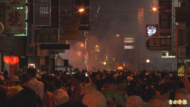 彰化市華山路與民族路口昨天深夜到今天凌晨施放大量鞭炮煙火迎媽祖鑾轎,鞭炮煙霧也讓空氣瞬間變差。(記者張聰秋攝)