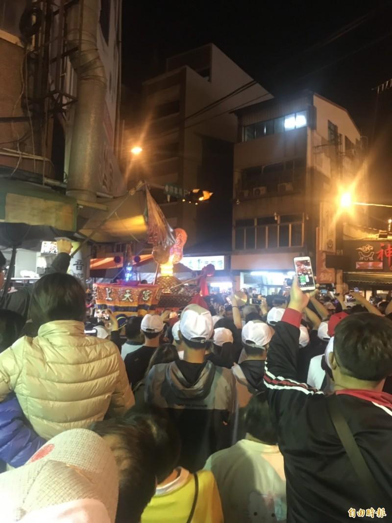 大甲媽鑾轎昨天深夜經過彰化市民族路與華山路口,熱情民眾緊跟追隨。(記者張聰秋攝)