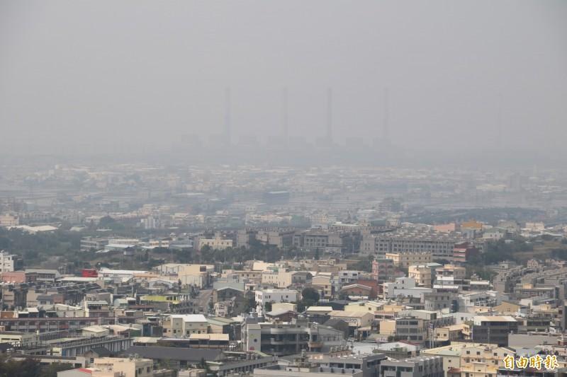 逆溫層發生時,空氣無法流通,PM2.5濃度便提高。(記者歐素美攝)