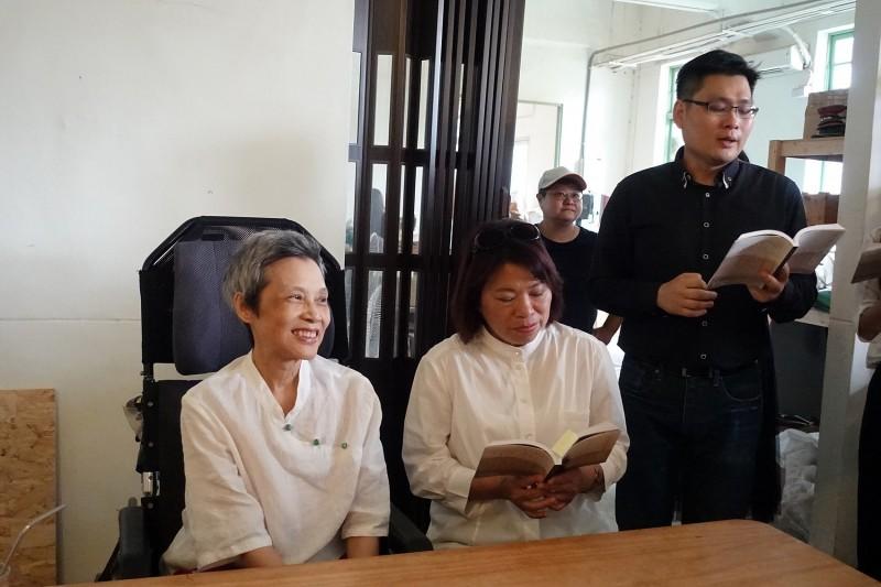 抗癌許久的詩人作家顧德莎(左一)昨剛發表新書,今凌晨逝世。(嘉義市政府提供)