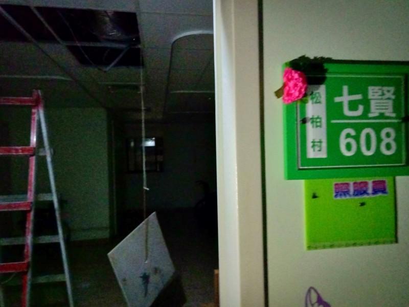 高雄佳醫護理之家今凌晨6樓天花板冒出濃煙、火光。(衛生局提供)